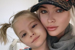 Алена Шишкова в новом образе сфотографировалась с дочерью