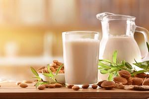 Укрепление костей, мышц, очищение сосудов: польза и вред миндального молока
