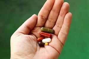 6 витаминов и минералов, которые женщинам можно не принимать