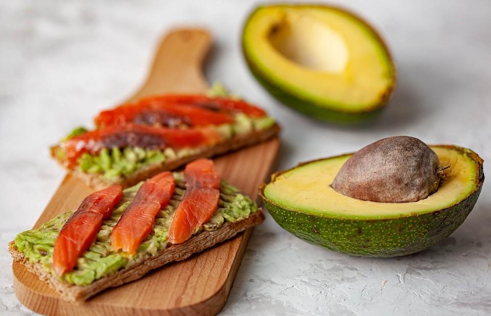 Как есть авокадо правильно: с бутербродом, яйцом пашот и другими блюдами
