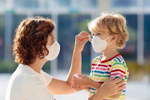 Вирус не пройдет: как носить медицинскую маску для лица