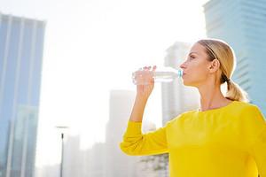 9 неожиданных признаков того, что ты пьешь слишком много воды (и почему это вредно)
