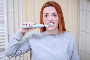 Не классическая, а электрическая: как правильно чистить зубы электрической зубной щеткой