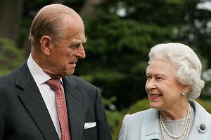 Букингемский дворец опубликовал милое фото Елизаветы II с мужем в его день рождения
