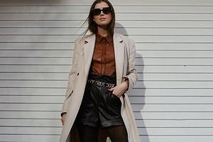 Тренд сезона: с чем носить женскую кожаную рубашку (35 актуальных образов)