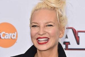 Певицу Sia обвинили в расизме