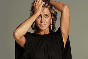 Дженнифер Энистон выставила на торги знаменитое фото, где она позирует обнаженной (видео)