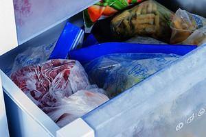 Можно отравиться: 7 продуктов, которые пора выбросить из морозильника