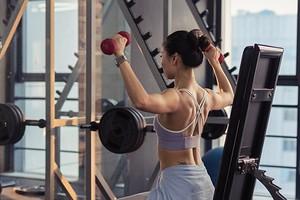 7 простых и эффективных упражнений для рук, которые подготовят тебя к сезону коротких рукавов