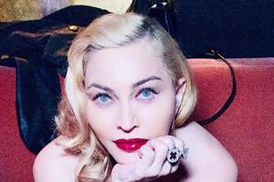 Мадонна вышла на костылях к протестующим в Лондоне