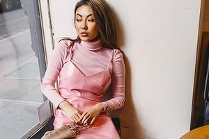 С чем носить платья-комбинации: 27 образов на любой случай (и 9 модных моделей этого сезона)