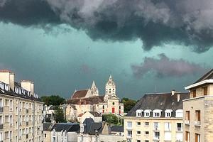 Во Франции во время грозы позеленело небо (впечатляющие кадры)