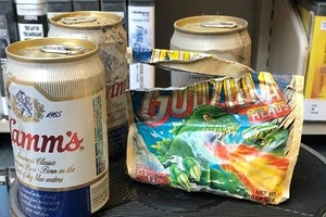 В библиотеке во время уборки нашли тайник с пивом и конфетами 80-х годов