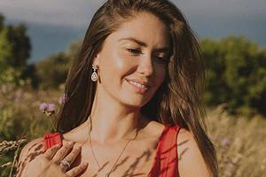 Атласный корсет и сеновал: Агата Муцениеце поделилась кадром с новой фотосессии