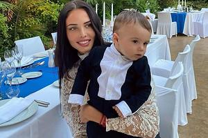 «Улыбается под водой»: Анастасия Решетова показала, как ныряет ее 10-месячный сын (видео)