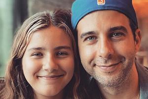 Иван Ургант выложил редкое семейное фото с женой и дочерьми (копии отца)