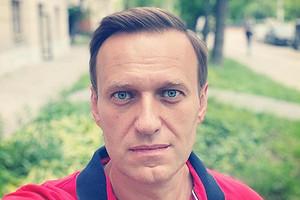 Алексей Навальный показал первое фото после выхода из комы