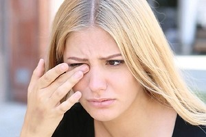 Спросили у доктора: почему слезятся глаза на улице