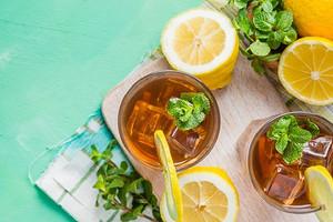 С персиком, мятой и другими вкусами: 5 рецептов холодного чая в домашних условиях