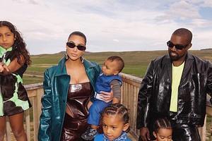 Канье Уэст прошелся с детьми Ким Кардашьян по воде (видео)
