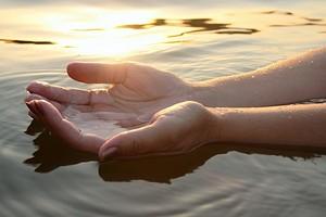 7 эмоций, вызывающих проблемы с костями и мышцами рук