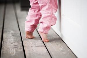 Почему ребенок ходит на носочках: в чем причина, что с этим делать и как отучить (видео)