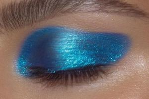Синие тени, розовая помада: 5 способов превратить «макияж буфетчицы» в ультрамодный