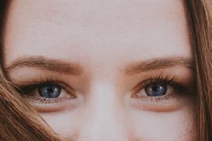 Что делать с мешками под глазами: от патчей до блефаропластики