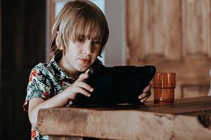 Как сделать так, чтобы ребенок не сидел в телефоне за столом: 3 действенных совета (плюс игра)