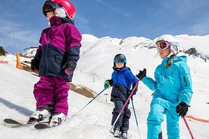 Спросили у двигательного терапевта: когда ребенка можно учить кататься на коньках и лыжах