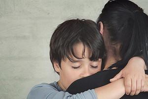 Спросили у семейного психолога: как говорить с детьми о болезни или смерти близких (видео)