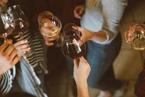 Как правильно держать бокал с вином: основы этикета и советы для красивого кадра