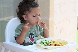 Как накормить ребенка-малоежку: гид для родителей