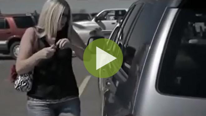 Страшое видео: Никогда не оставляйте ребенка в машине в жару!