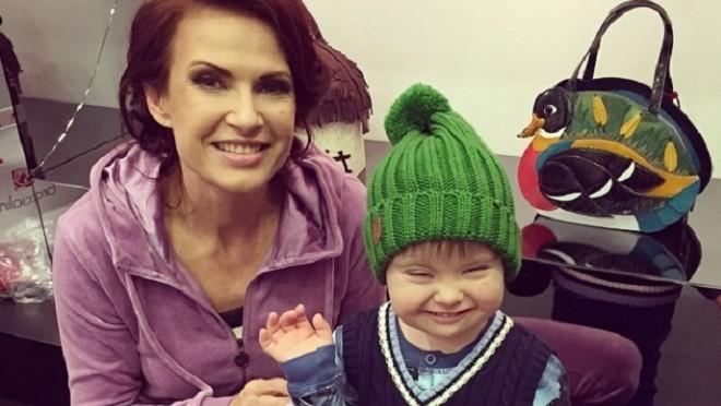 Эвелина Бледанс размещает мини-уроки для родителей детей с синдромом Дауна