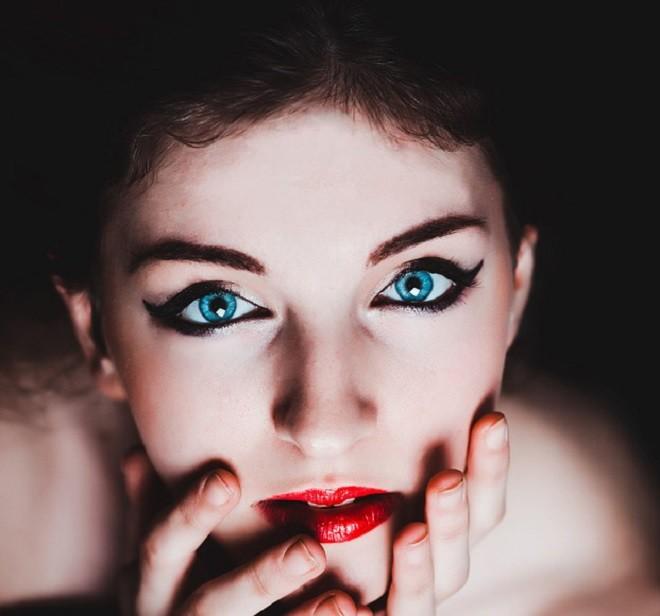 Как рисовать стрелки на глазах: советы визажиста