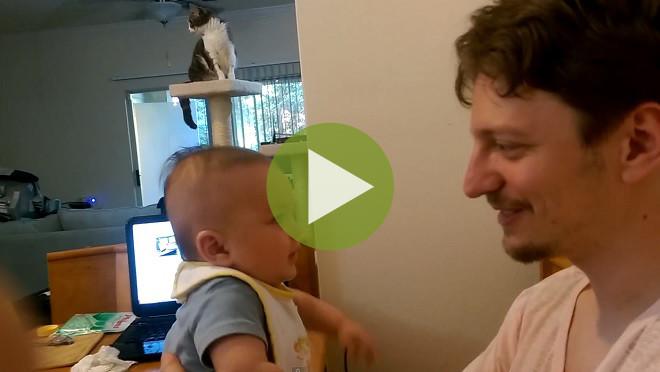 Невероятно! 3-месячный малыш сказал целую фразу! (видео)