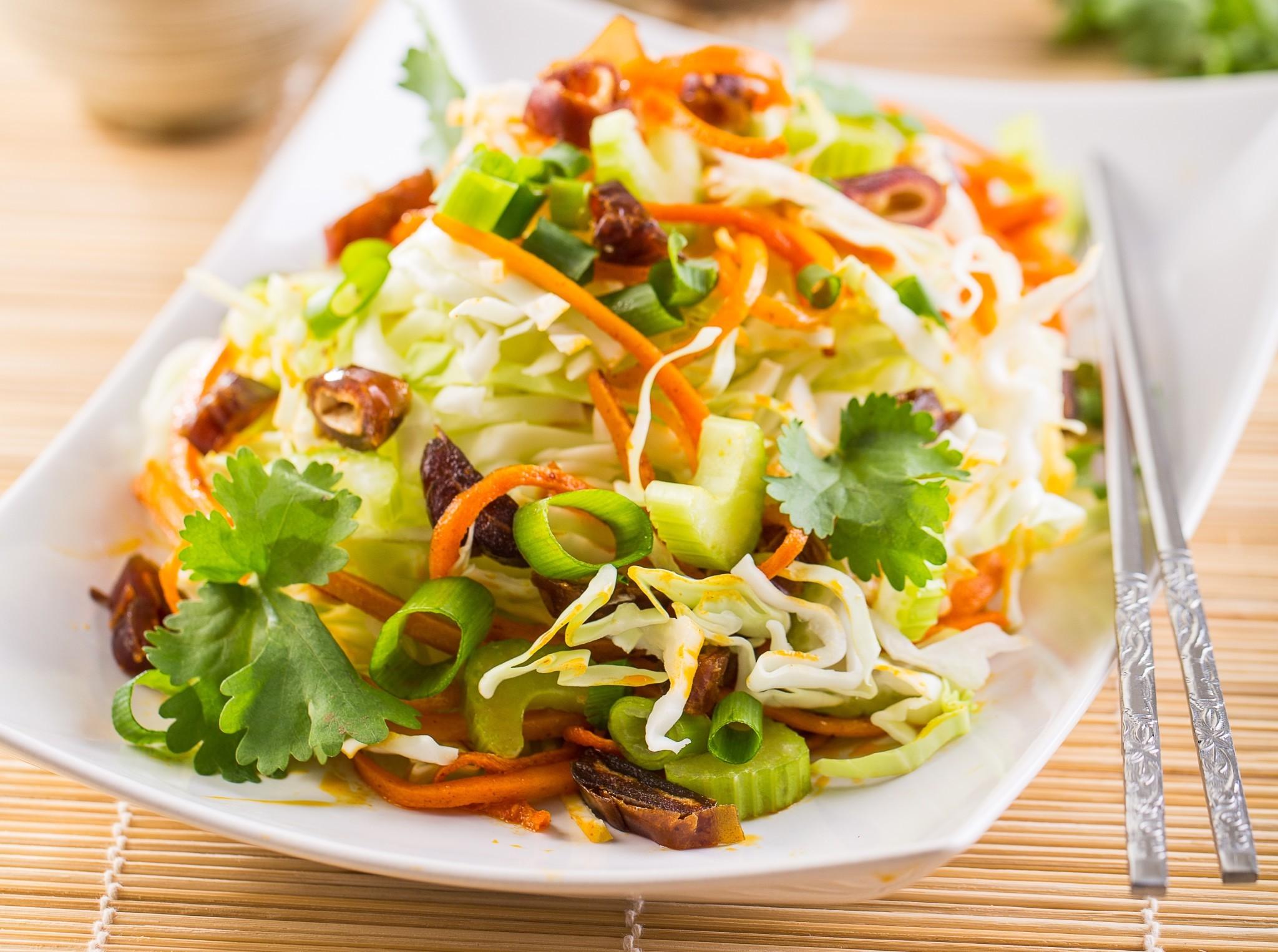 Салат с финиками и капустой