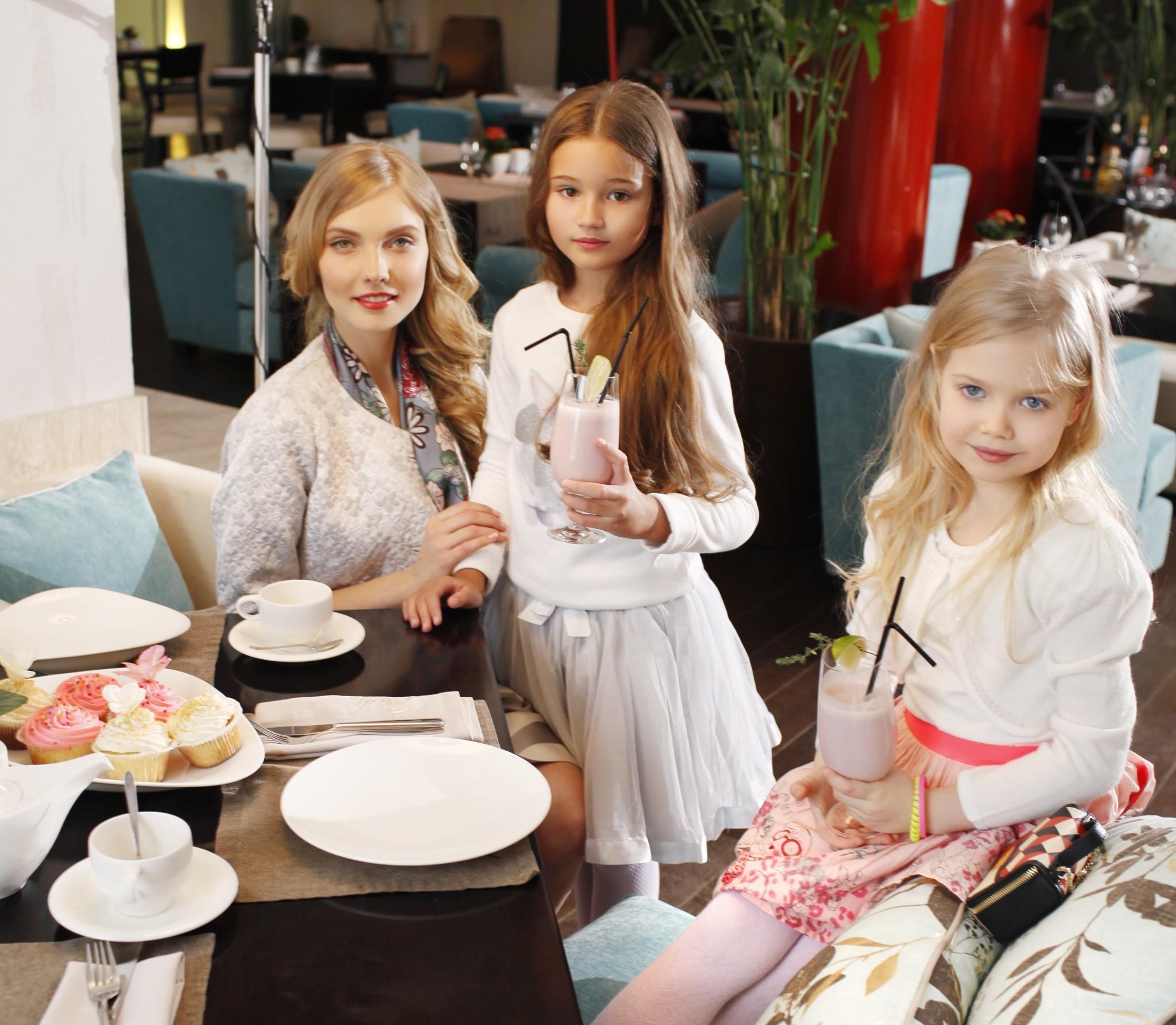 5 стильных образов для мамы и дочек