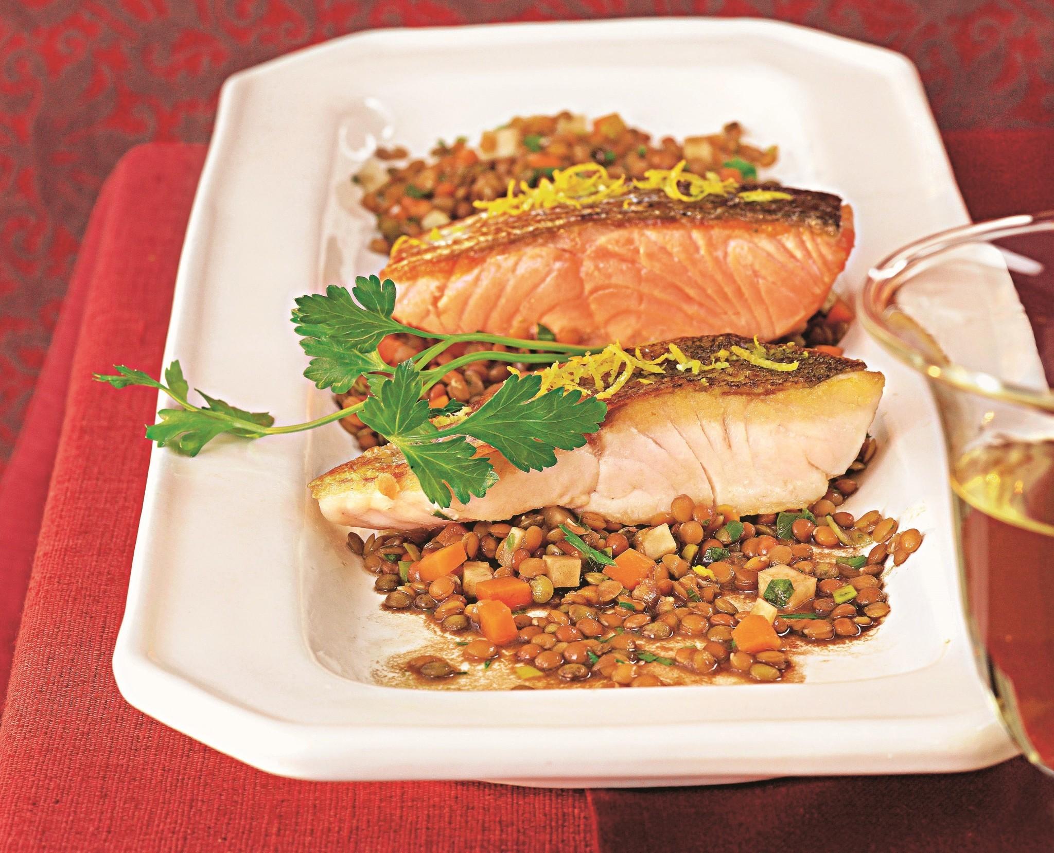 Чечевица с рыбой и овощами