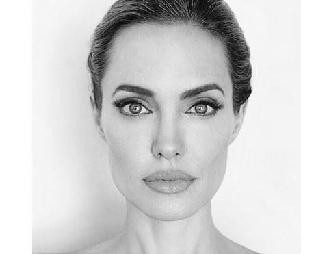 У Анджелины Джоли случилась анорексия наоборот