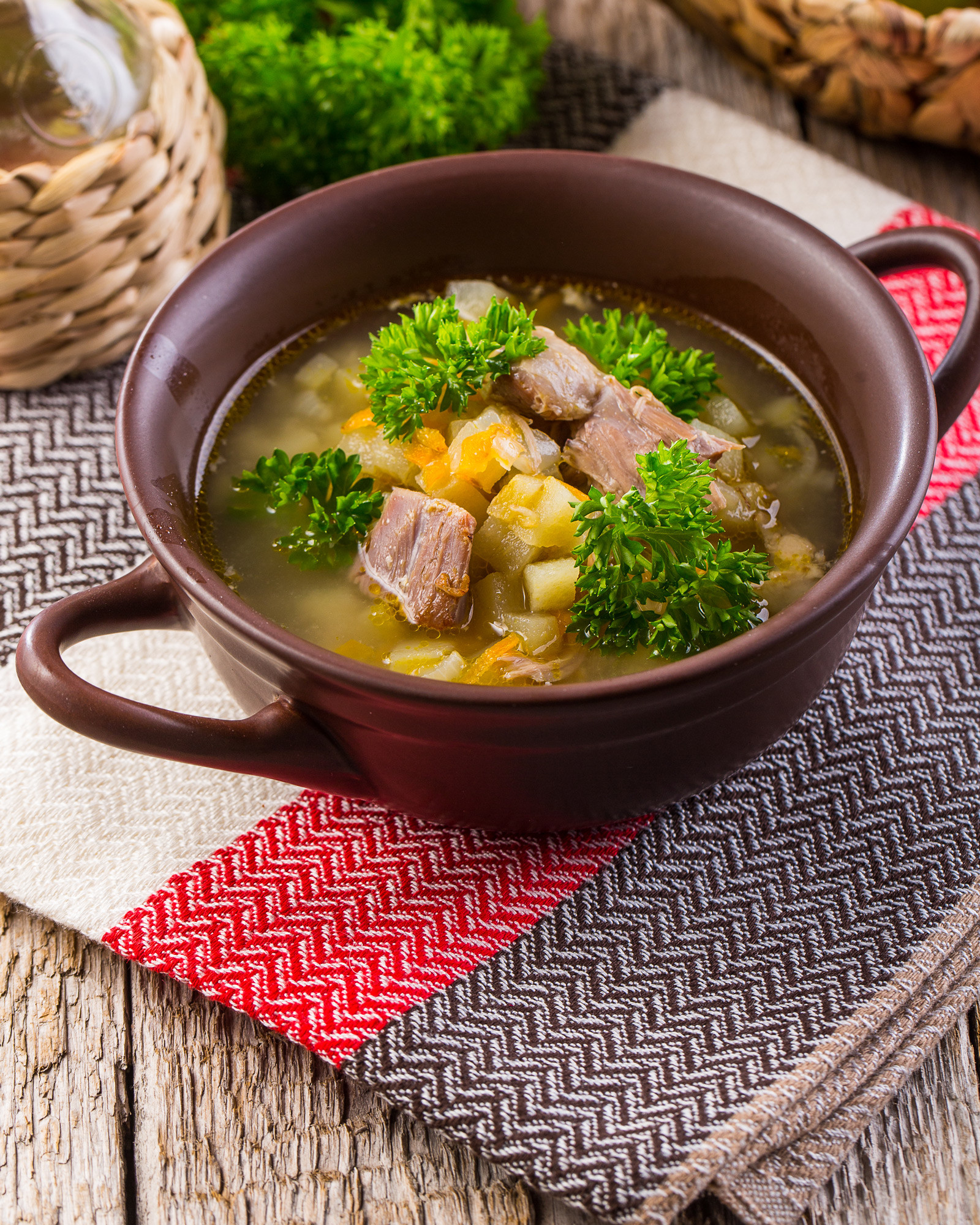 Для супа лучше всего подойдет жирная баранья грудинка, которую нужно разрезать на пополам, а затем вдоль ребер, стараясь, чтобы куски получились ровными и красивыми.