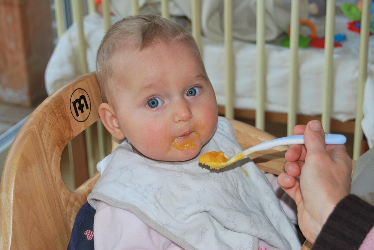 Папа с ребенком: житейские хитрости при кормлении малыша