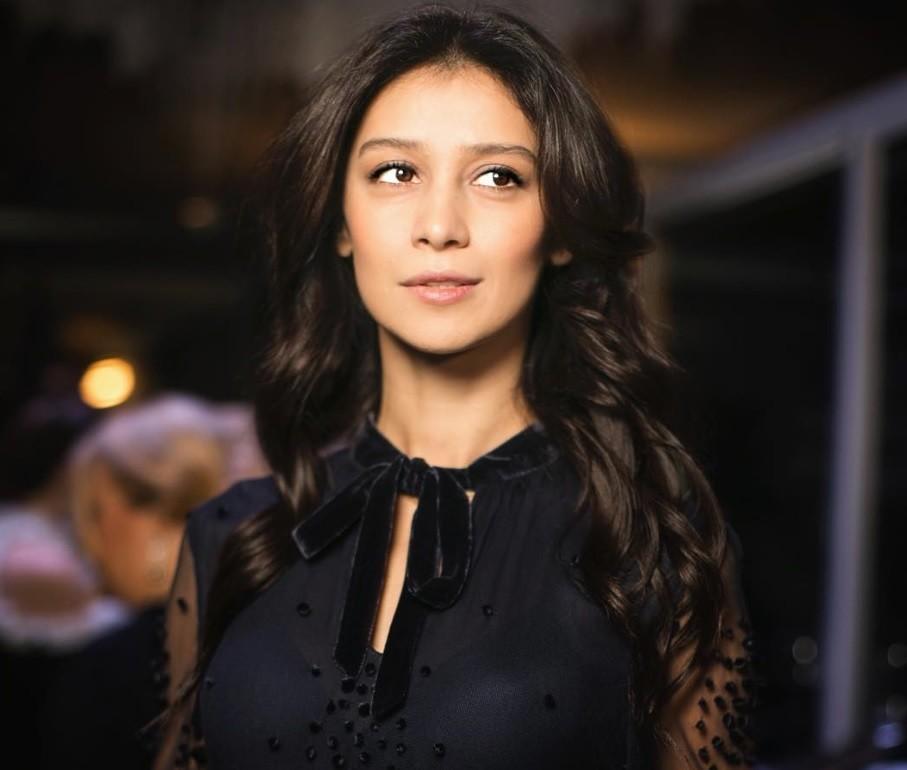Поклонники рисуют Равшану Куркову: лучшие портреты актрисы