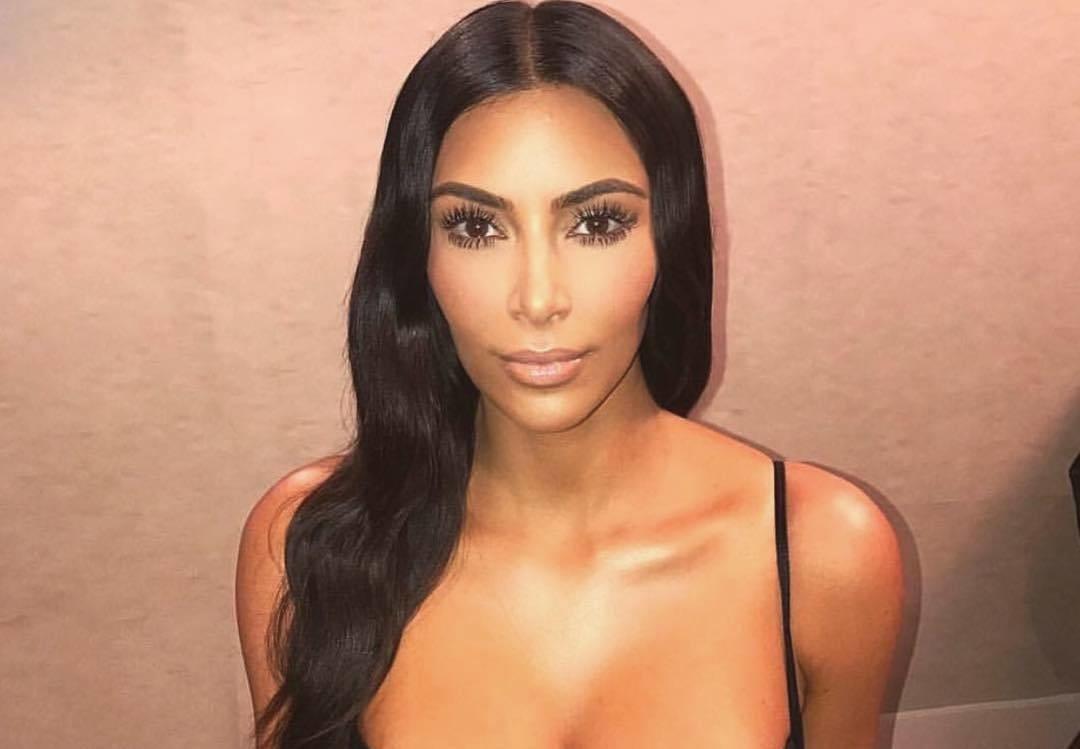 Как выглядит звезда соцсетей Ким Кардашьян без макияжа и укладки?