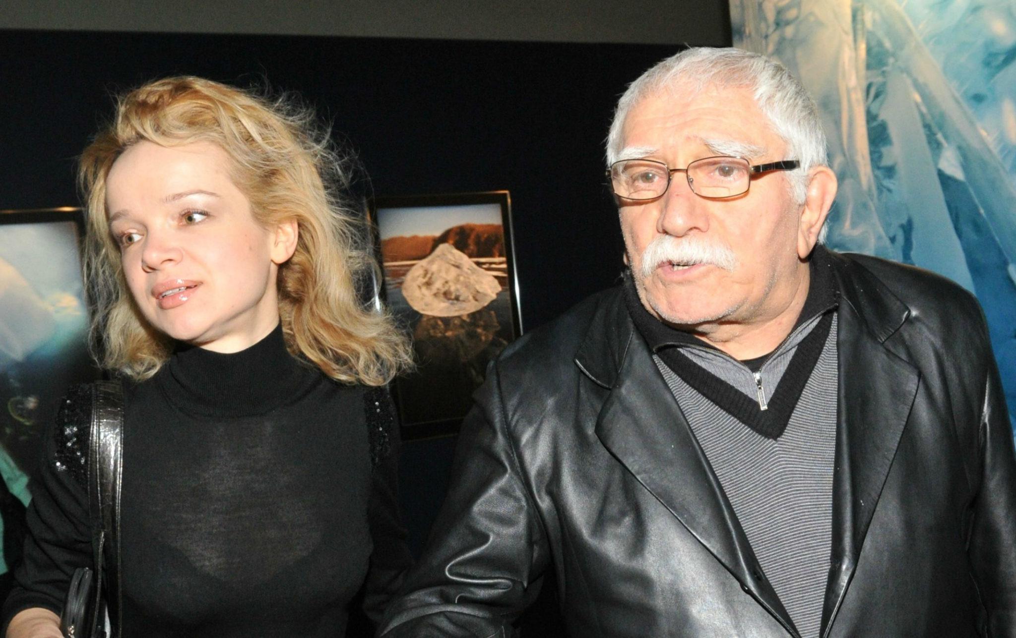 Жена Армена Джигарханяна сбежала из страны