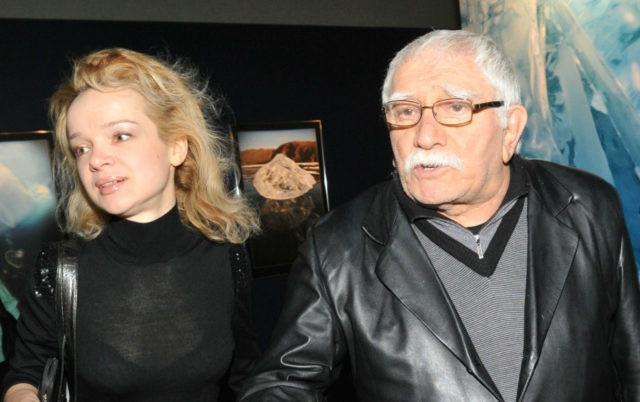 Армен Джигарханян официально развелся с молодой женой