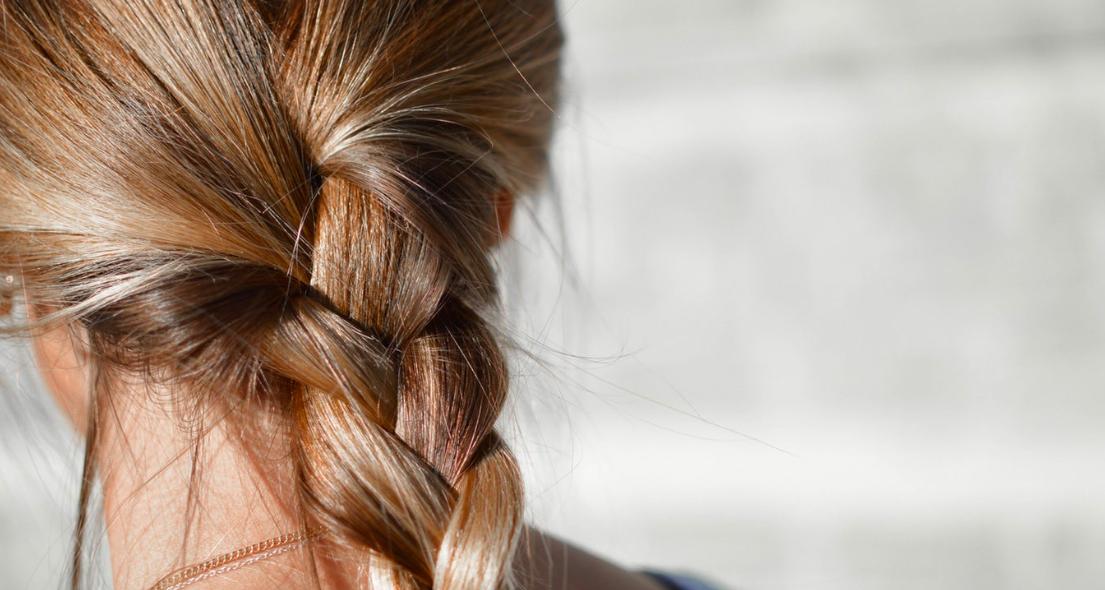 Почему выпадают волосы после родов?