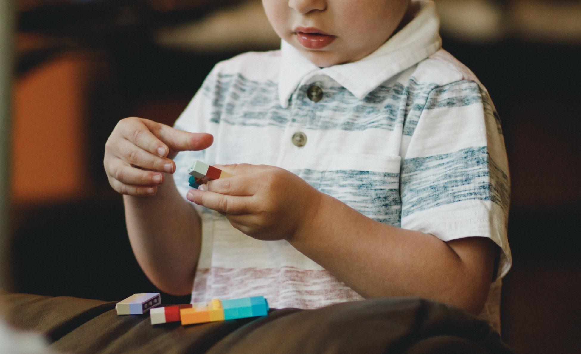 Нормально ли, если мальчик играет в куклы?
