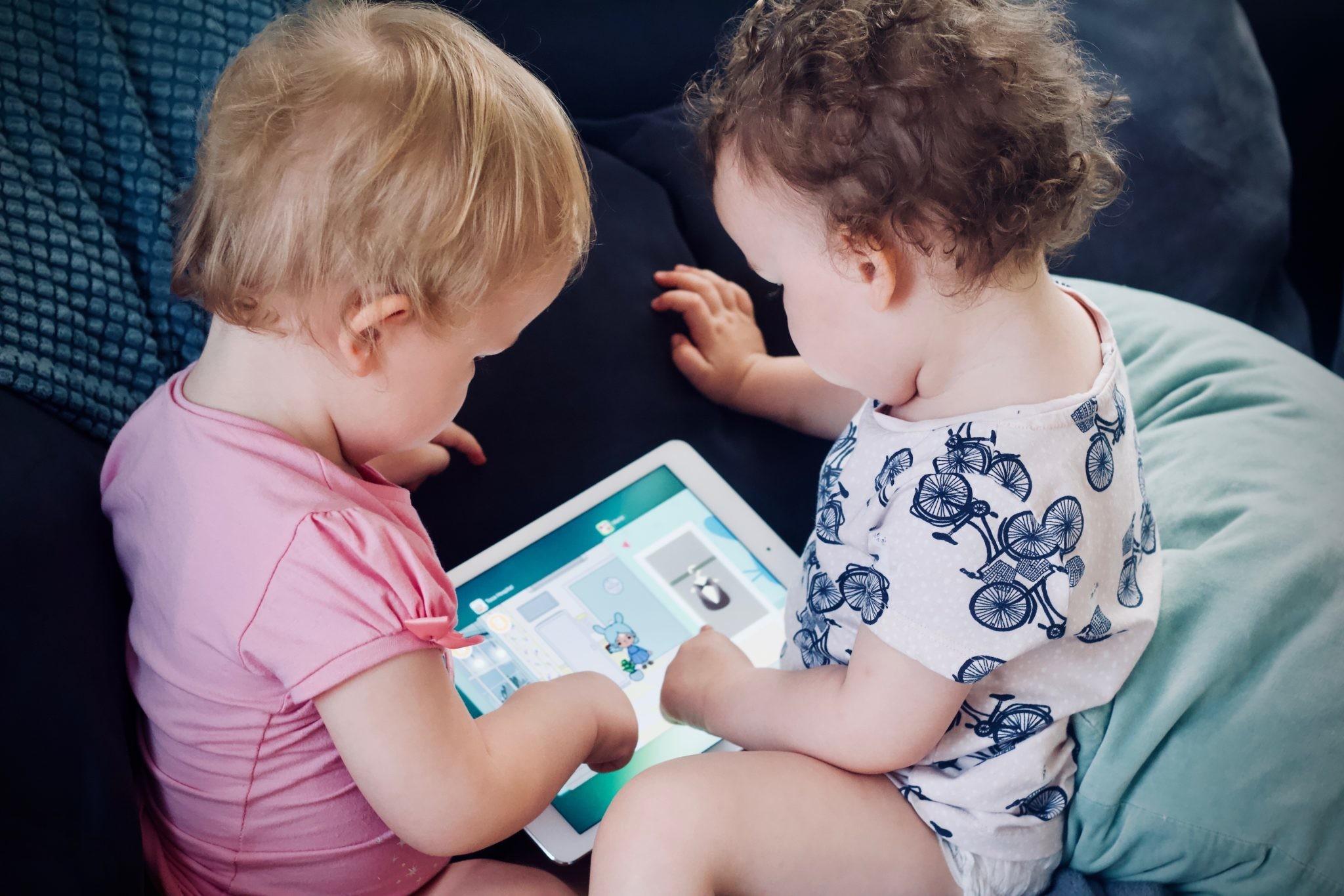 Чем занять ребенка в дороге: выбираем игры для машины, самолета, поезда